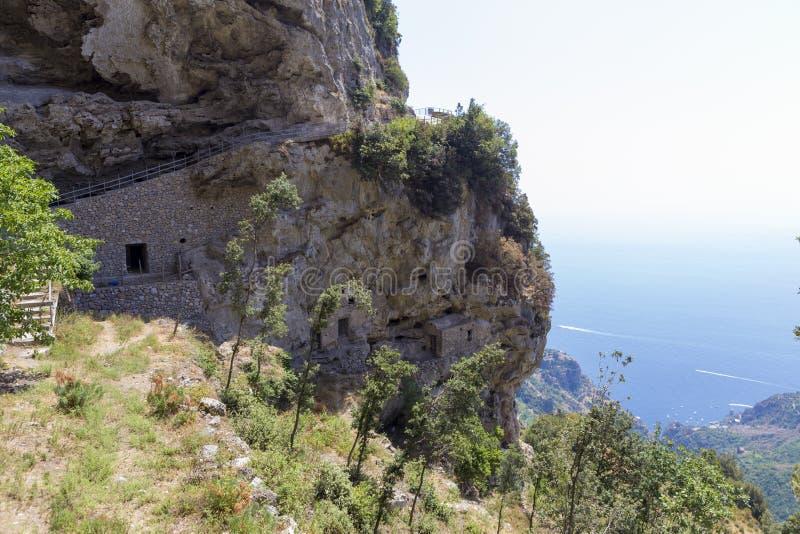 Casas feitas no muro de rocha e nas fazendas imagem de stock