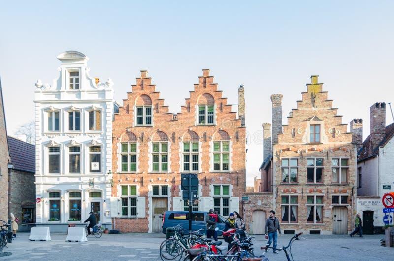 Casas flamengas tradicionais na cidade medieval de Bruges, Bélgica imagens de stock
