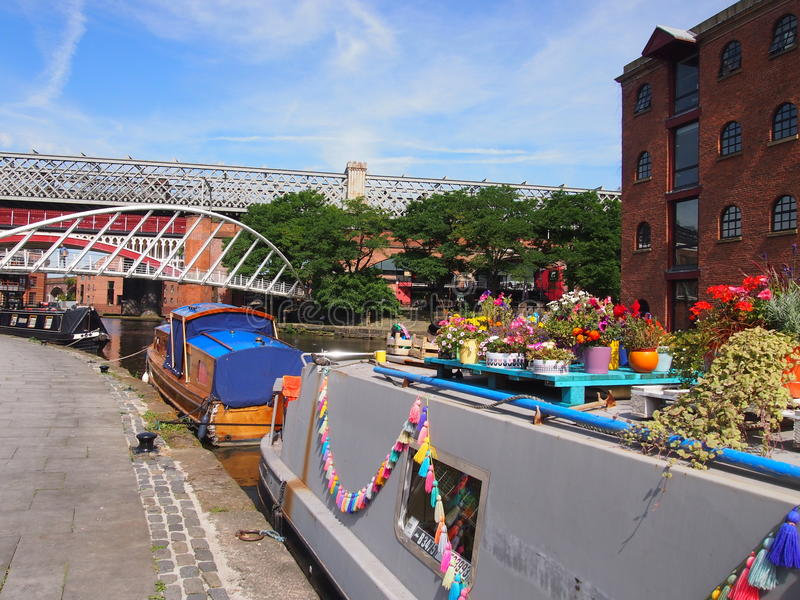 Casas flotantes coloridas en Castlefield, Manchester, Inglaterra imagen de archivo