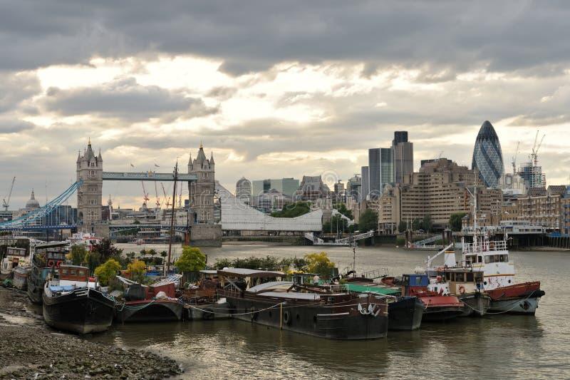 Casas flotantes de Thames, por Tower Bridge, Londres fotografía de archivo
