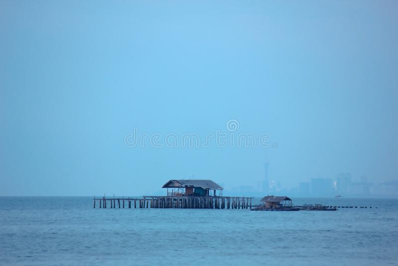 Casas flotantes en el mar imagen de archivo libre de regalías
