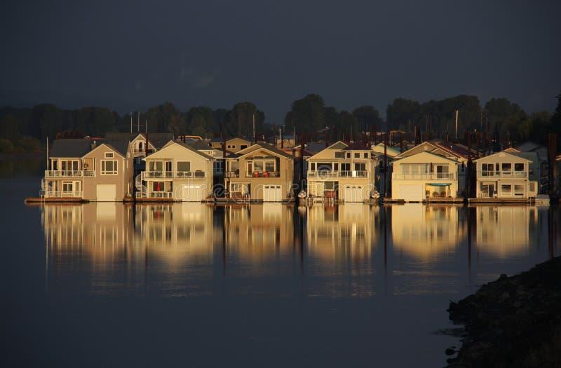 Casas flotantes en el río Columbia imágenes de archivo libres de regalías