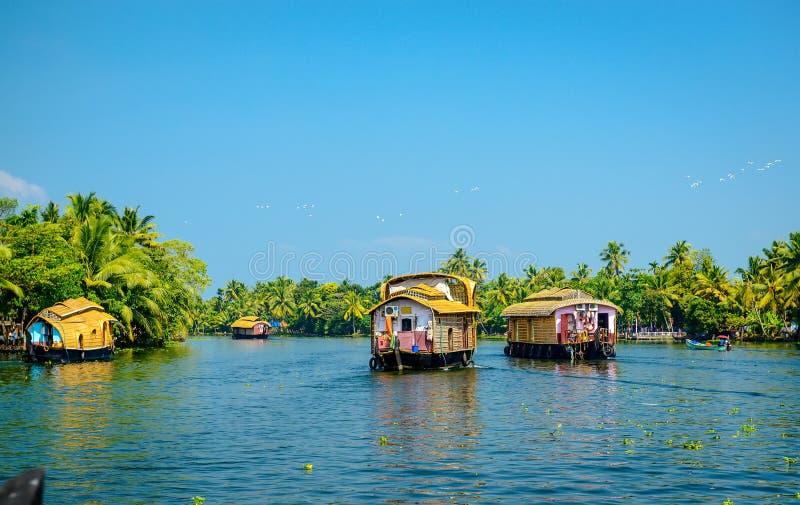 Casas flotantes en los remansos de Kerala, la India imagen de archivo libre de regalías
