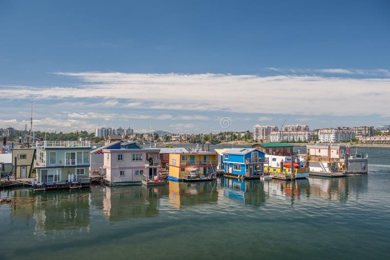 Casas flotantes que flotan en el muelle del pescador en Victoria fotografía de archivo libre de regalías