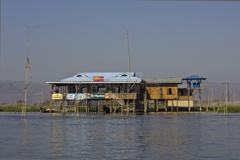Casas flotantes típicas en el lago Inle, Myanmar foto de archivo