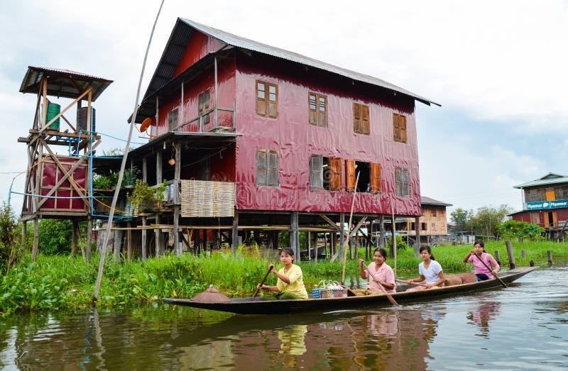 Casas flotantes tradicionales del pueblo en el lago Inle, Myanmar foto de archivo
