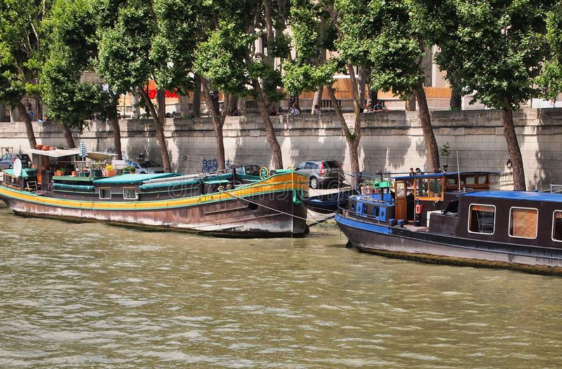 Casas flutuantes coloridas entradas ao longo de Seine River, Paris, França fotos de stock royalty free