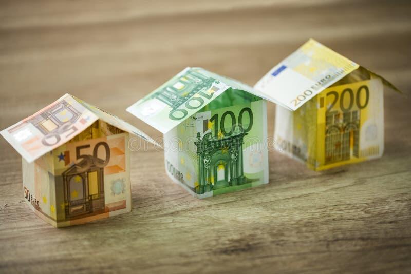 Casas hechas de billetes de banco de la moneda de los euros fotos de archivo libres de regalías