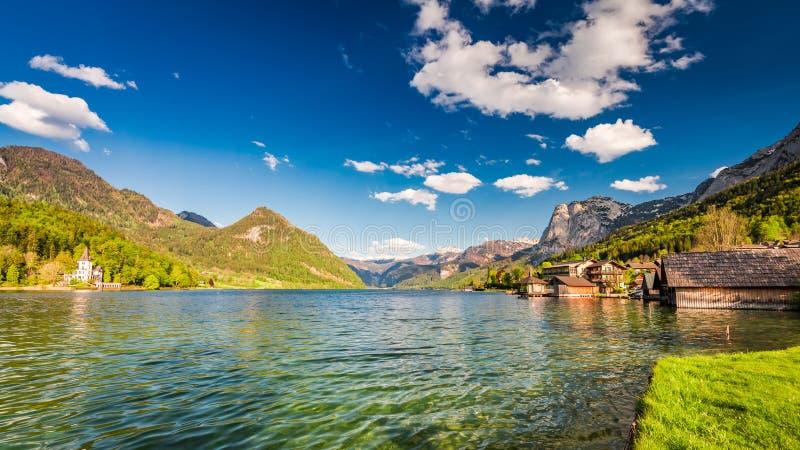 Casas hermosas en el lago azul en las montañas foto de archivo libre de regalías