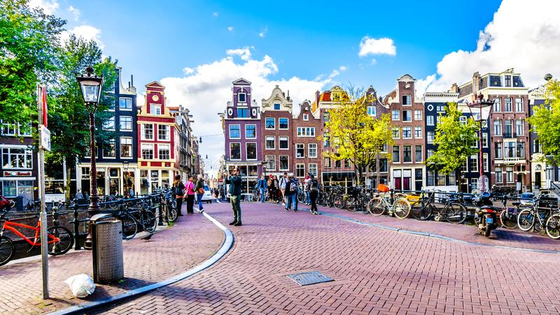 Casas históricas con los aguilones agradables en el puente sobre el Singelgracht en el Weide Heisteeg en el centro histórico de A foto de archivo