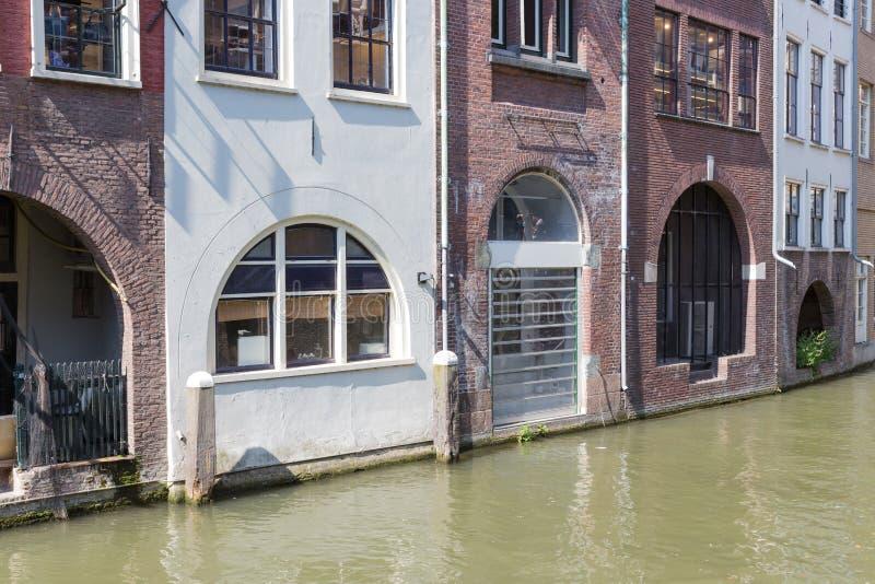 Casas históricas del canal en la ciudad medieval Utrecht, los Países Bajos fotos de archivo libres de regalías