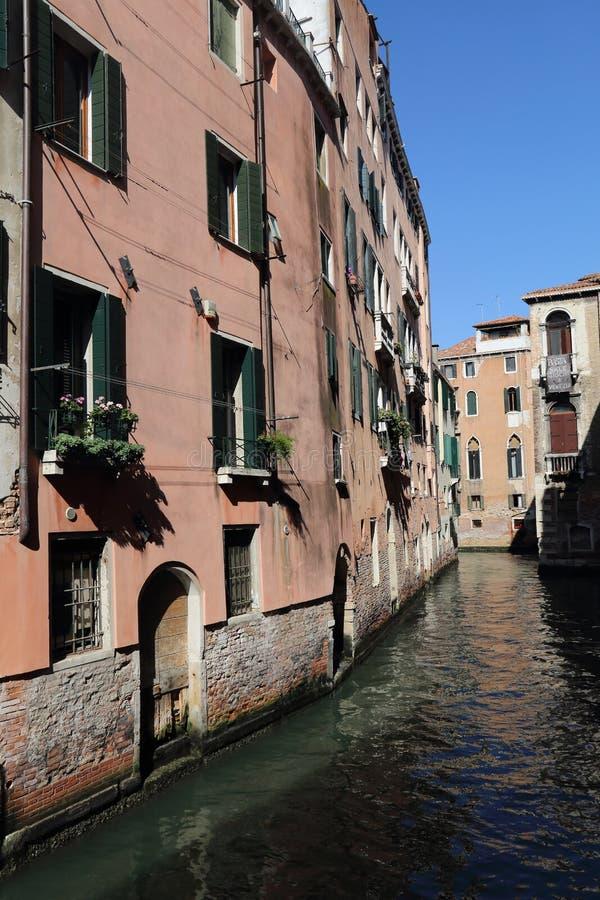 Casas históricas a lo largo de un canal en Venecia, Italia fotos de archivo