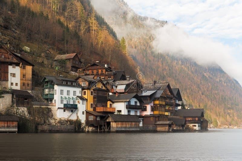 Casas históricas no lago Hallstatt, cumes, Áustria foto de stock