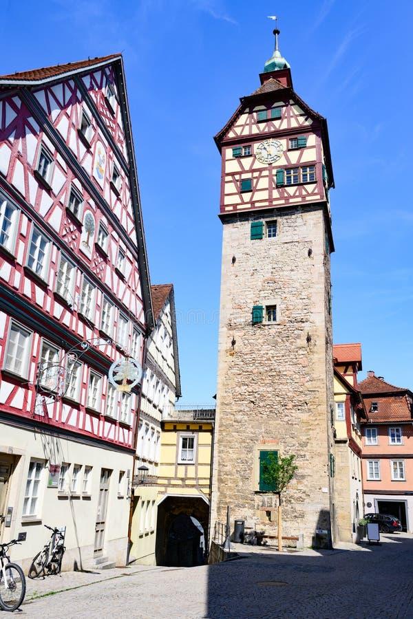 Casas históricas, torre da parede da cidade - Josenturm - em Schwabisch Salão, Alemanha fotografia de stock
