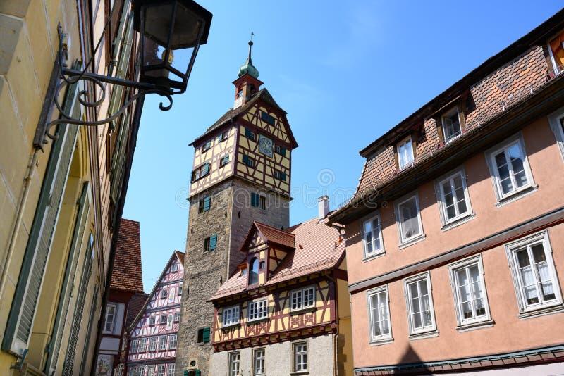 Casas históricas, torre de la pared de la ciudad - Josenturm - en Schwabisch Pasillo, Alemania imagen de archivo