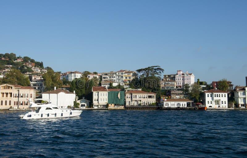 Casas, hogares, característica del frente de océano en el agua imágenes de archivo libres de regalías