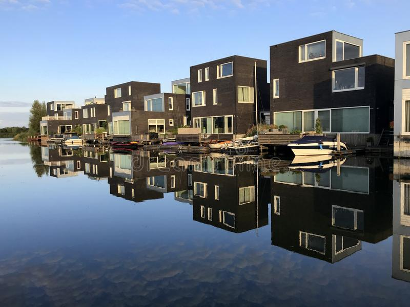 Casas holandesas en de waterside fotografía de archivo