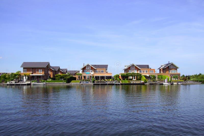 Casas holandesas en de waterside en la ciudad de Almere foto de archivo libre de regalías