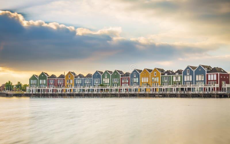 Casas holandesas, modernas, coloridas do estilo da arquitetura do vinex na margem imagem de stock royalty free