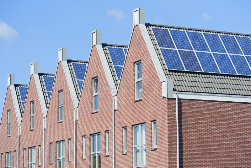 Casas holandesas modernas com os painéis solares no telhado foto de stock royalty free