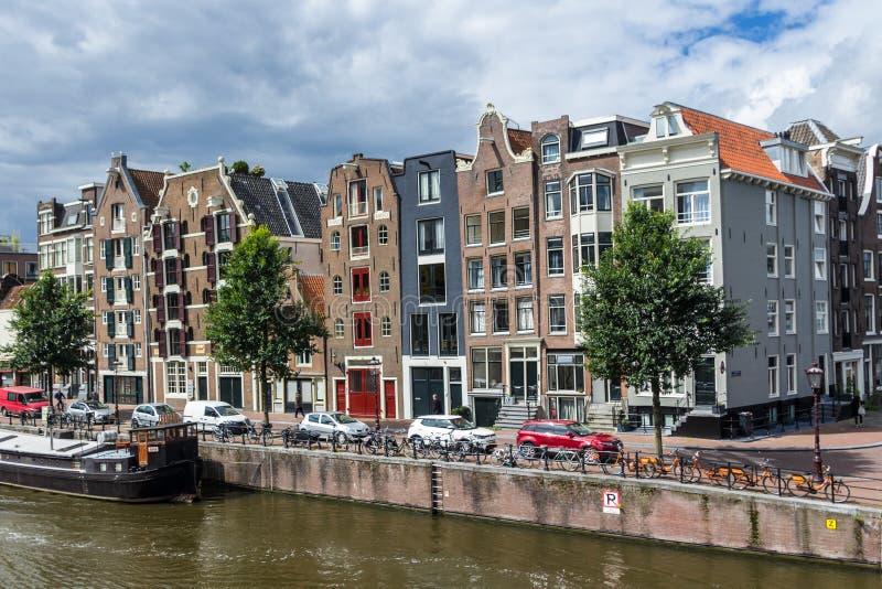 Casas holandesas tradicionais que alinham a rua no canal fotos de stock
