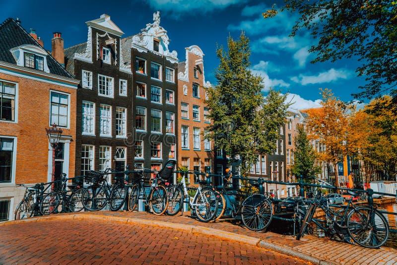 Casas holandesas tradicionales del estilo en Amsterdam, Países Bajos Día vibrante del otoño foto de archivo libre de regalías
