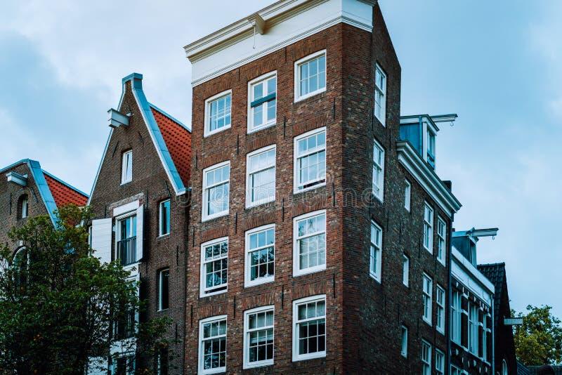 Casas inclinadas viejas en Amsterdam Arquitectura holandesa única imagen de archivo