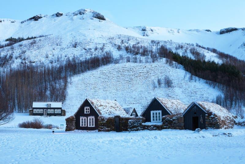 Casas islandêsas do relvado no alvorecer no inverno imagem de stock