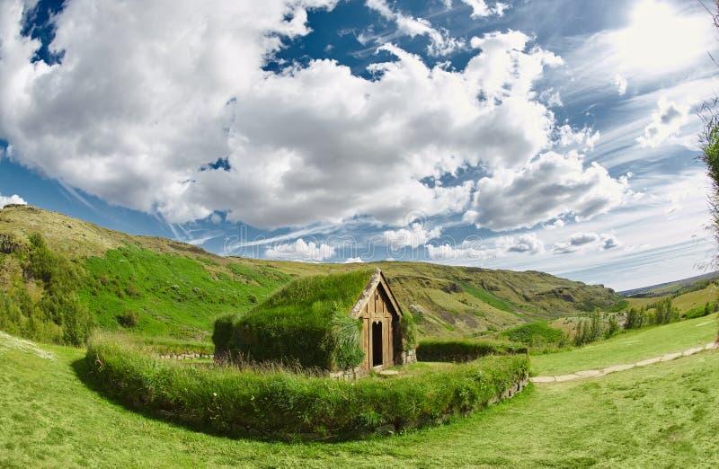 Casas islandêsas tradicionais com telhado da grama, Islândia Arquitetura velha com telhado gramíneo fotos de stock royalty free