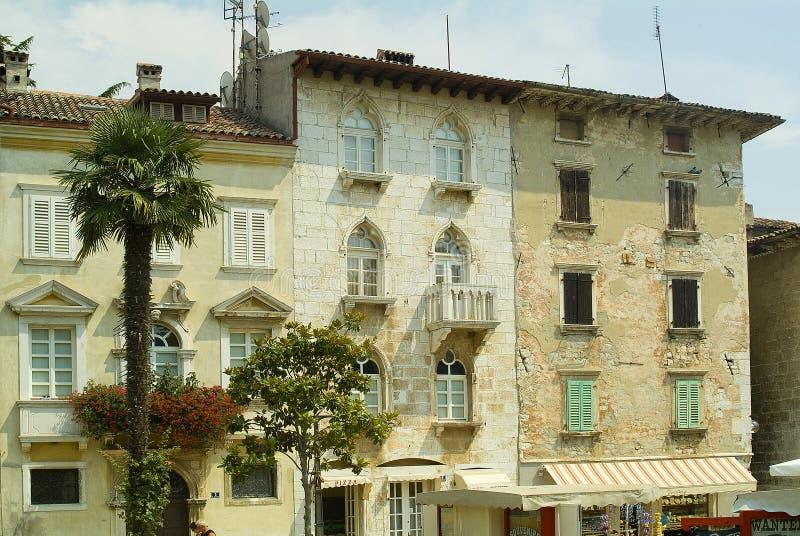 Casas italianas em Porec, Croatia do estilo fotografia de stock