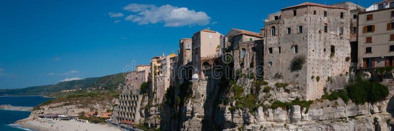 Casas italianas que afrontan el mar en el acantilado encima imagen de archivo libre de regalías