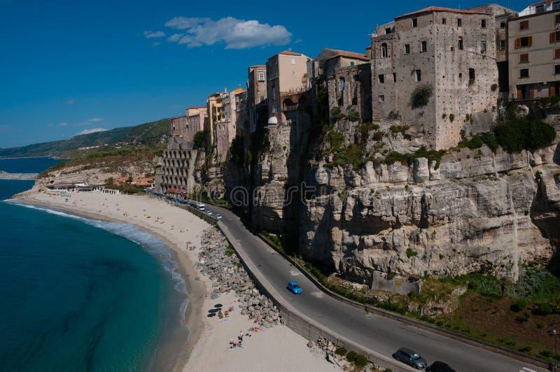 Casas italianas que fronteiam o mar no penhasco sobre fotos de stock