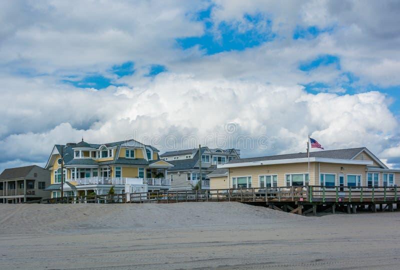Casas a lo largo de la playa en la ciudad de Margate, New Jersey imágenes de archivo libres de regalías