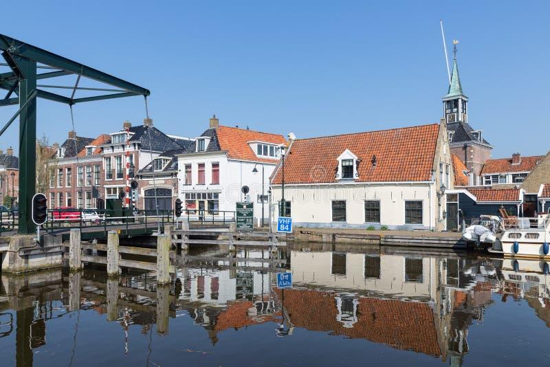 Casas a lo largo de un canal en Makkum, un pueblo holandés viejo fotografía de archivo libre de regalías