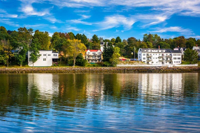 Casas a lo largo del río de Penobscot en Bucksport, Maine foto de archivo libre de regalías