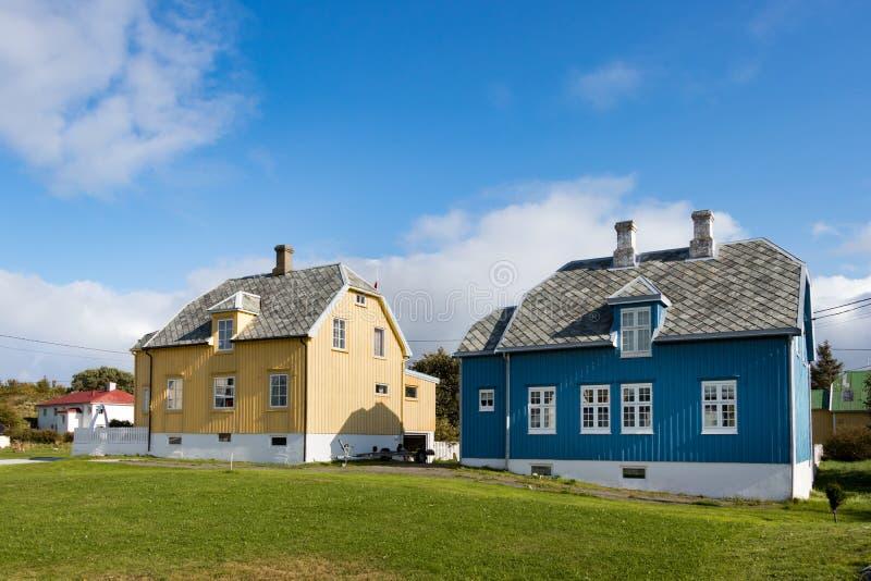 Casas locales de madera en el pueblo de Dyrnes en la isla de Smola, Noruega imágenes de archivo libres de regalías
