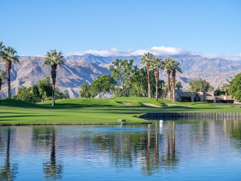 Casas luxuosas ao longo de um campo de golfe em Palm Desert imagem de stock royalty free