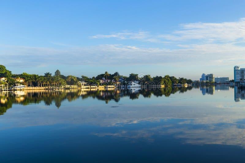 Casas luxuosas no canal sobre foto de stock royalty free
