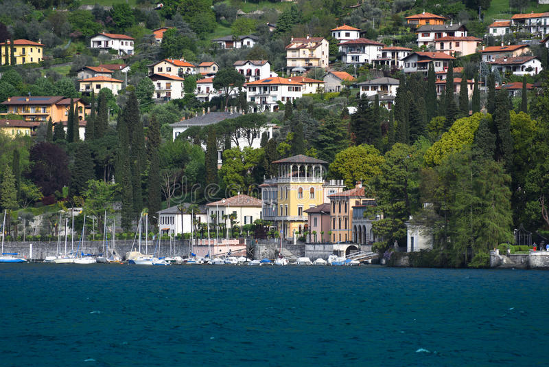 Casas luxuosas no lago Como foto de stock