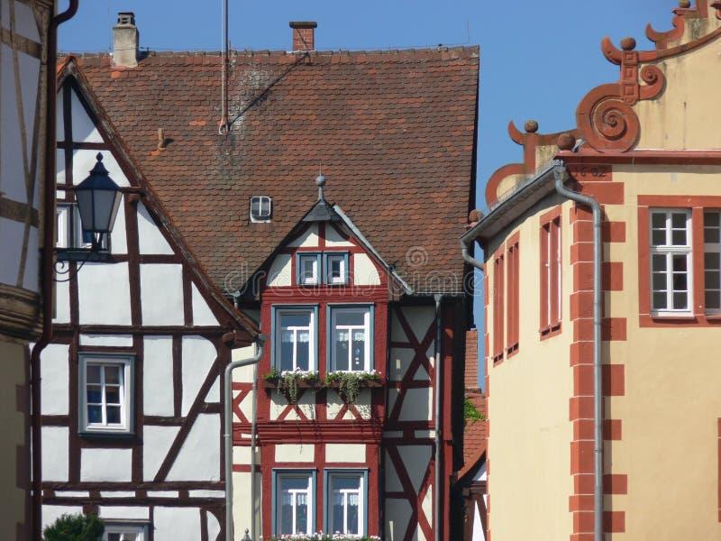 Casas maravillosamente renovadas de las Edades Medias imagenes de archivo