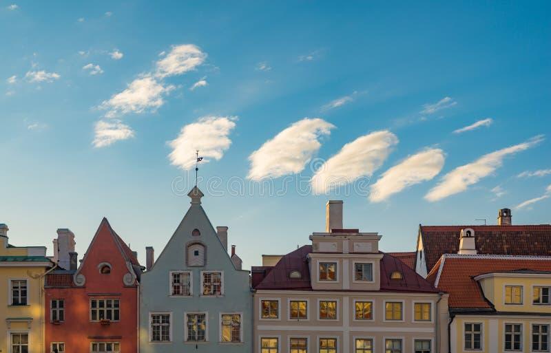 Casas medievales coloridas contra las nubes maravillosas fotografía de archivo libre de regalías