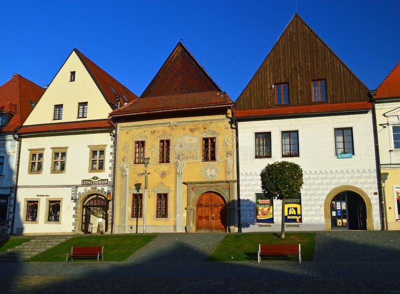 Casas medievales hermosas que alinean la ciudad Hall Square Bardejov, Eslovaquia imagen de archivo