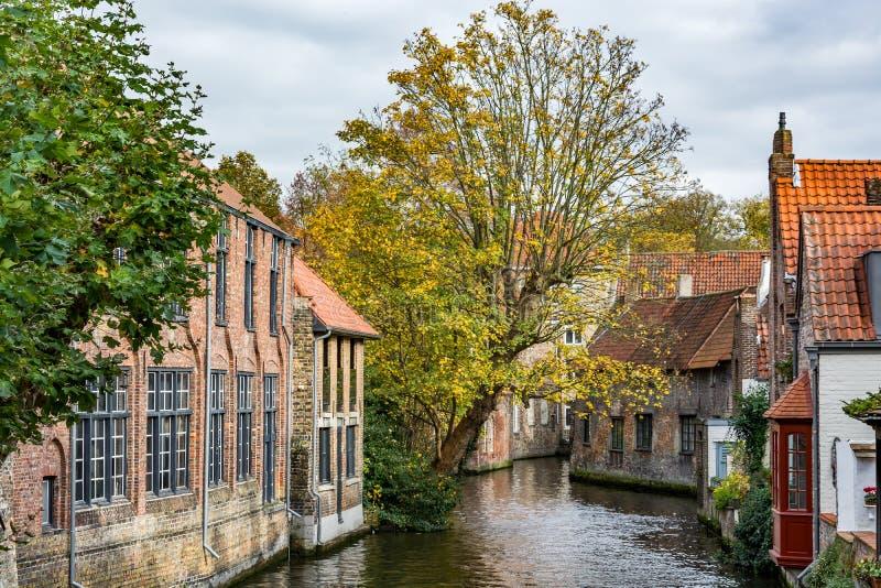 Casas medievales sobre el canal en Brujas en un día nublado fotografía de archivo