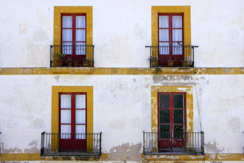 Casas mediterrâneas da arquitetura do console de Ibiza imagem de stock