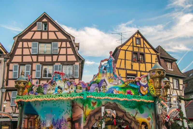 Casas metade-suportadas Alsatian tradicionais decoradas em feriados de inverno em Colmar fotografia de stock royalty free