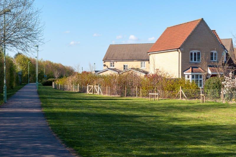 Casas modernas e um trajeto no Suffolk rural, St Edmunds do enterro, Reino Unido imagem de stock