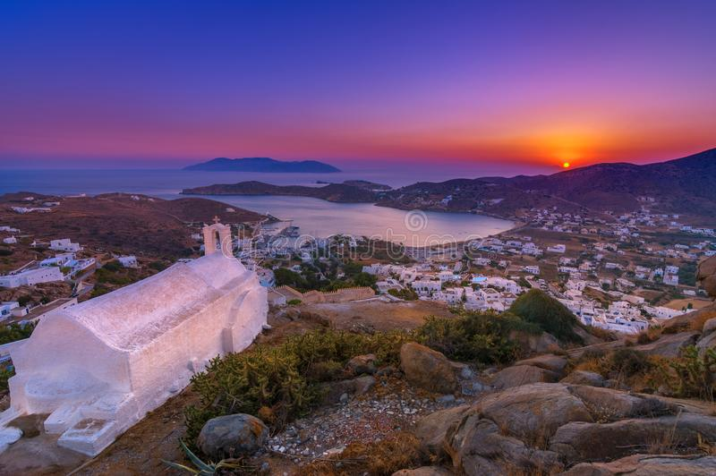 Casas, moinhos de vento e igrejas tradicionais na ilha do Ios, Cyclades foto de stock royalty free