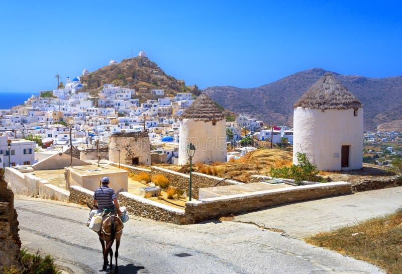 Casas, moinhos de vento e igrejas tradicionais na ilha do Ios, Cyclades fotografia de stock