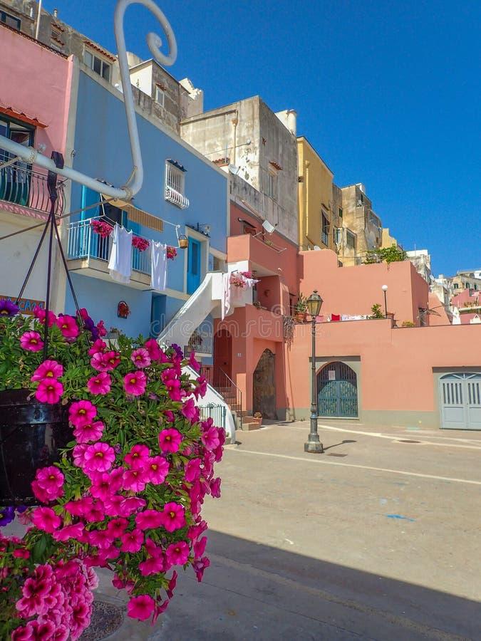 Casas multicoloured bonitas de Procida, ilha mediterrânea, imagens de stock