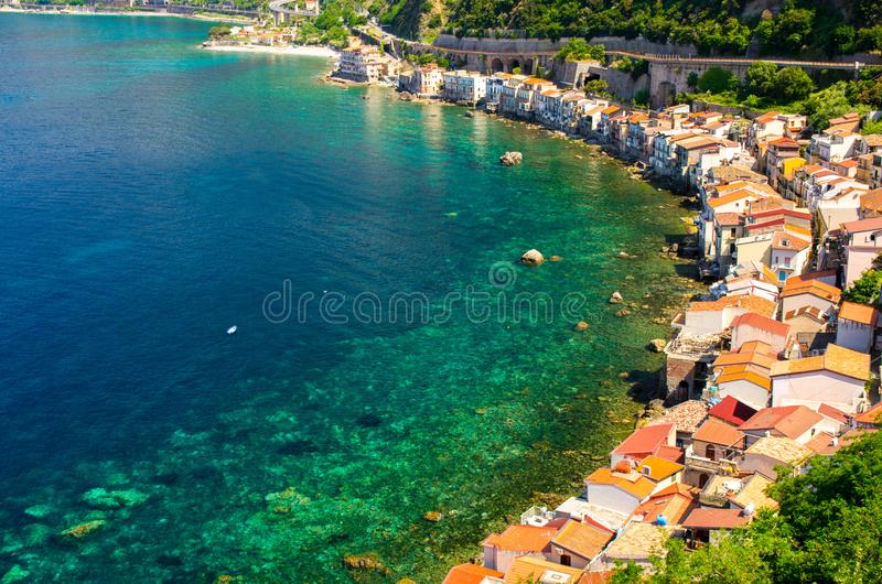 Casas na aldeia piscatória pequena Chianalea di Scilla, Calabria, I fotografia de stock